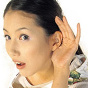 mendengar yang baik Terdapat perbedaan antara listening dan hearing kedua kata bahasa inggris tersebut dalam bahasa indonesia mempunyai arti yang sama namun sebenarnya hearing adalah mendengar yang bersifat fisik, artinya ada suara yang terdengar oleh telinga kita, namun tidak dicerna oleh pikiran kita, jadi apa-apa yang terdengar oleh kita bersifat angin lalu, tidak berkesan.