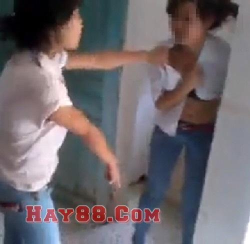 Sốc với video nữ sinh Phú Thọ bị làm nhục trong nhà vệ sinh