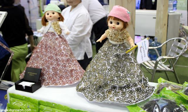 Muñecas con vestidos recubiertos de raíz de loto
