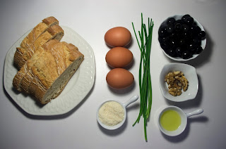 Pan con huevo y pasta de aceitunas negras, nueces y parmesano - ingredientes