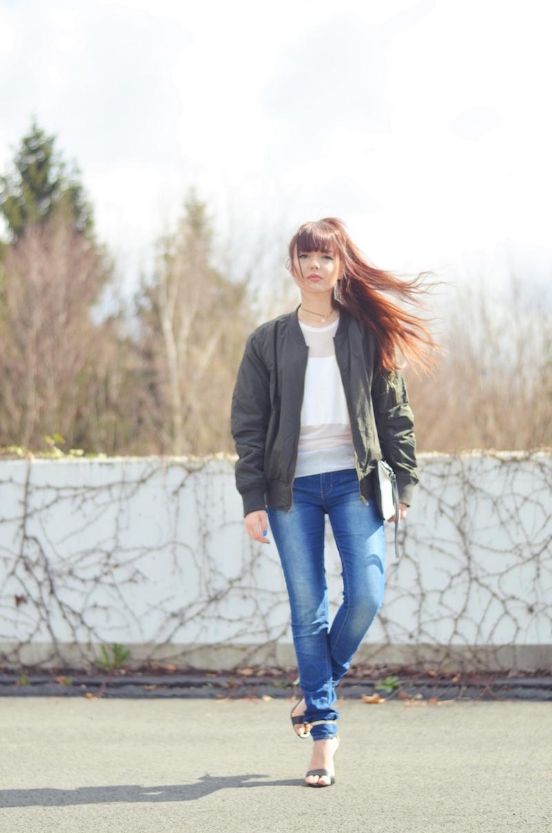 Bomber_Jacke_khaki_Outfit_Mädchen_Frau