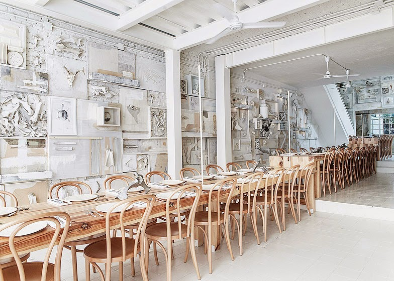 Restaurante con sillas y mesa de madera