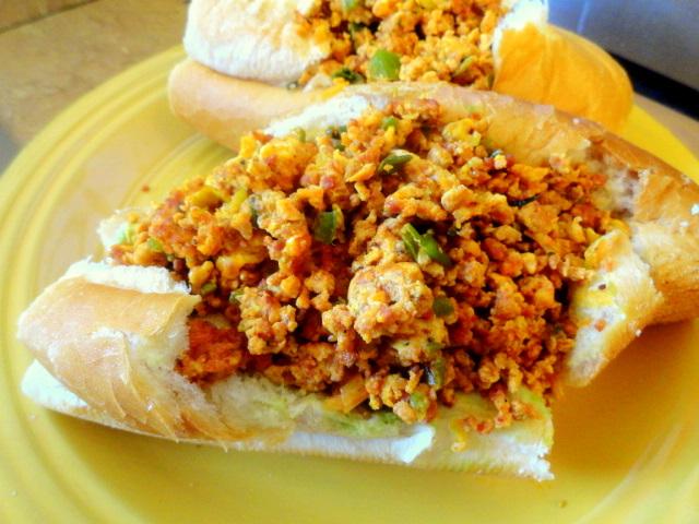 Chorizo con Huevo Bolillos