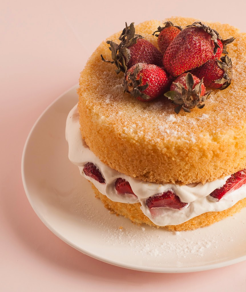 Classic Victoria Sponge with Fresh Cream and strawberries