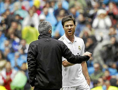 Jose Mourinho and Xabi Alonso during a Real Madrid match