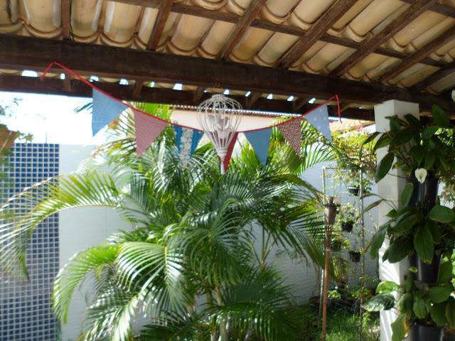 gaiolinha reciclada e bandeirinhas - meu jardim