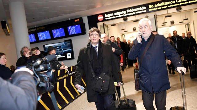 El señor que acompaña a Puigdemont en Bruselas es su gemelo ritual