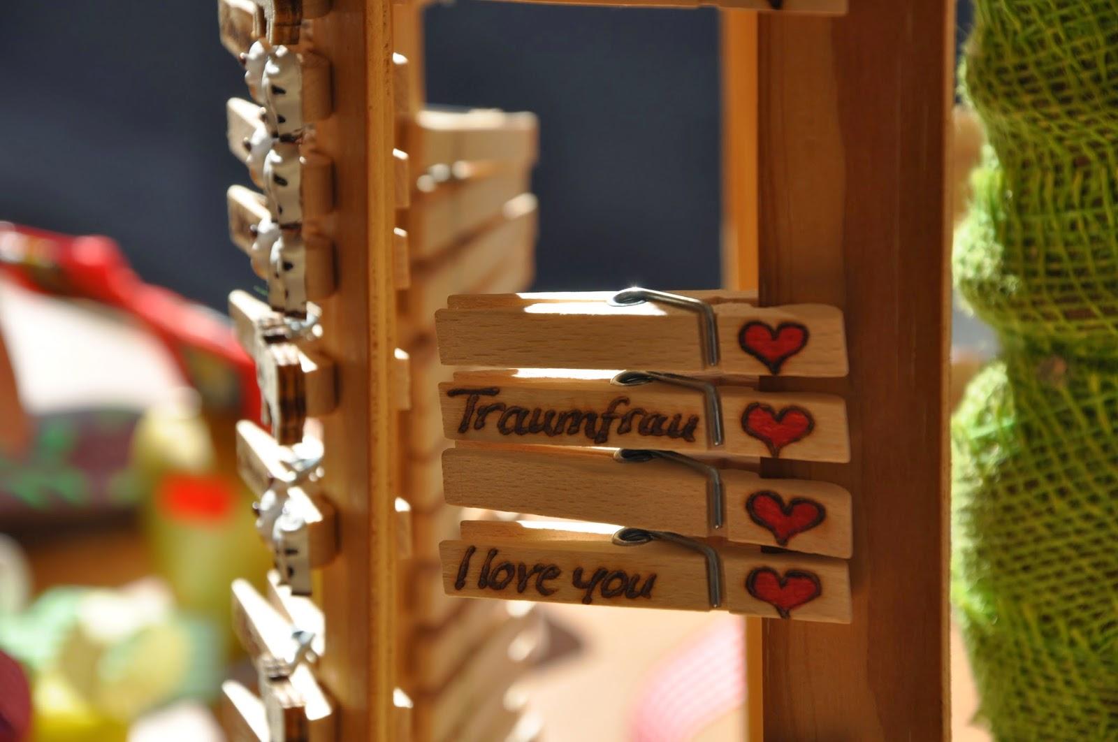 Jahrmarkt Memmingen: Wäscheklammern aus Holz mit Beschriftungen