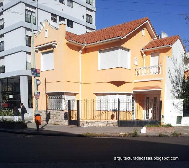 Casa chalé moderno con detalles ornamentales hispanos