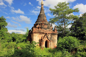 Estupa en la jungla de Ava (Myanmar)