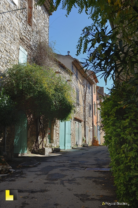 une ruelle de saint julien photo pascal blachier