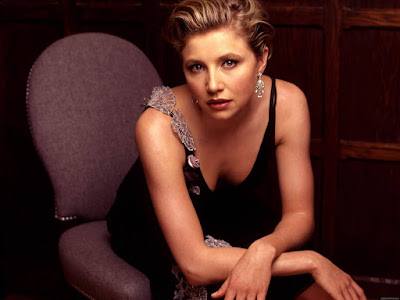 Sarah Chalke Sexy Pose Wallpaper