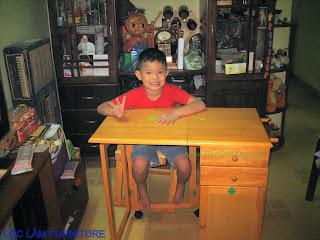 Bé Vui mừng khi có bàn học sinh gấp xếp