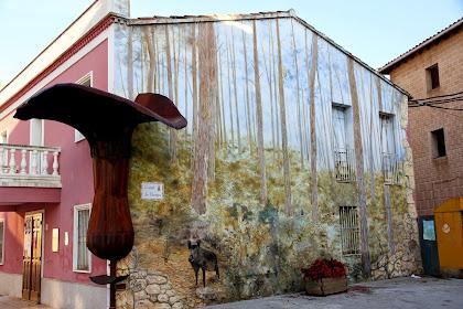 Façana del Museu d'Art del Bolet de Montmajor. Acull una mostra de més de dues-centes espècies de bolets fetes de fang per la ceramista Josefina Vilajosana
