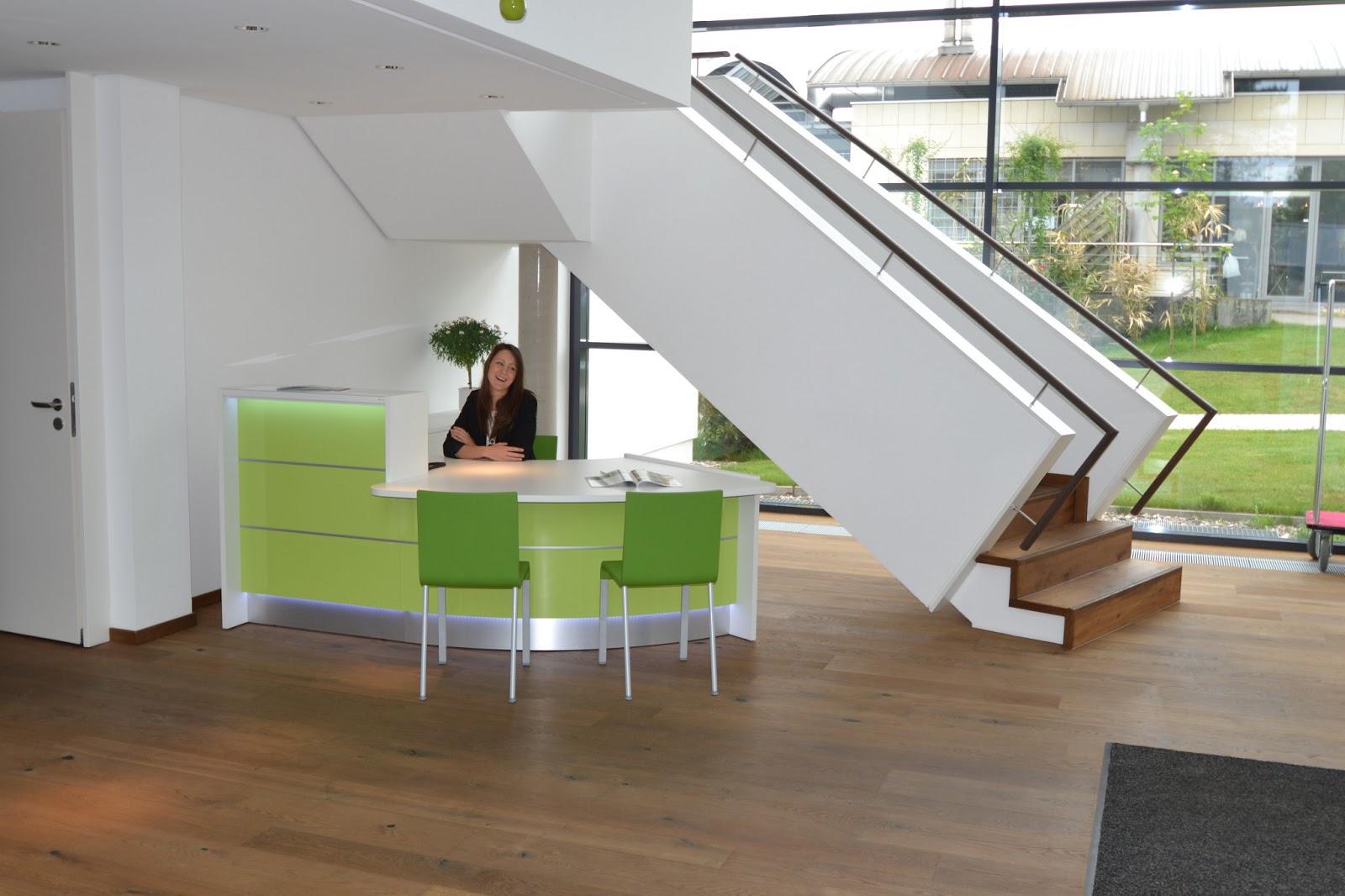 colour up your office gr ne empfangstheke hanau und b rom bel mit b roschr nken hochglanz. Black Bedroom Furniture Sets. Home Design Ideas