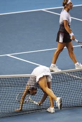 смијешна тенисерка на мрежи
