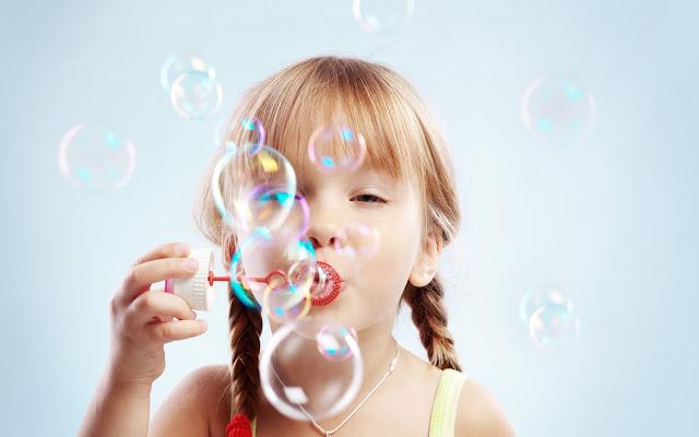 Niñas Jugando con Burbujas de Jabon Imagenes de Burbujas