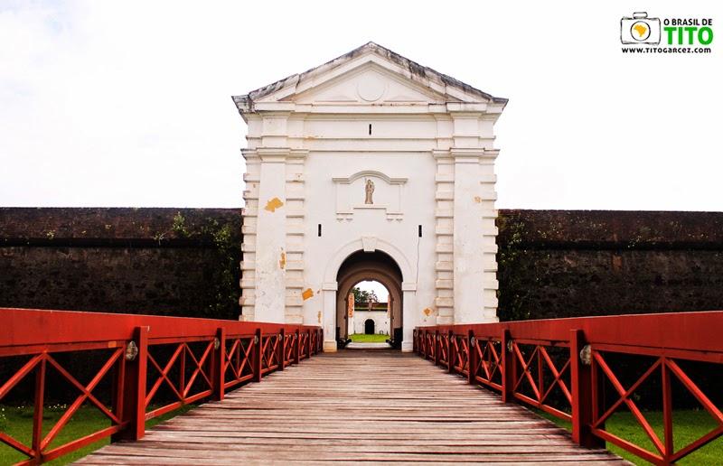 Passarela e porta principal da Fortaleza de São José de Macapá, no Amapá