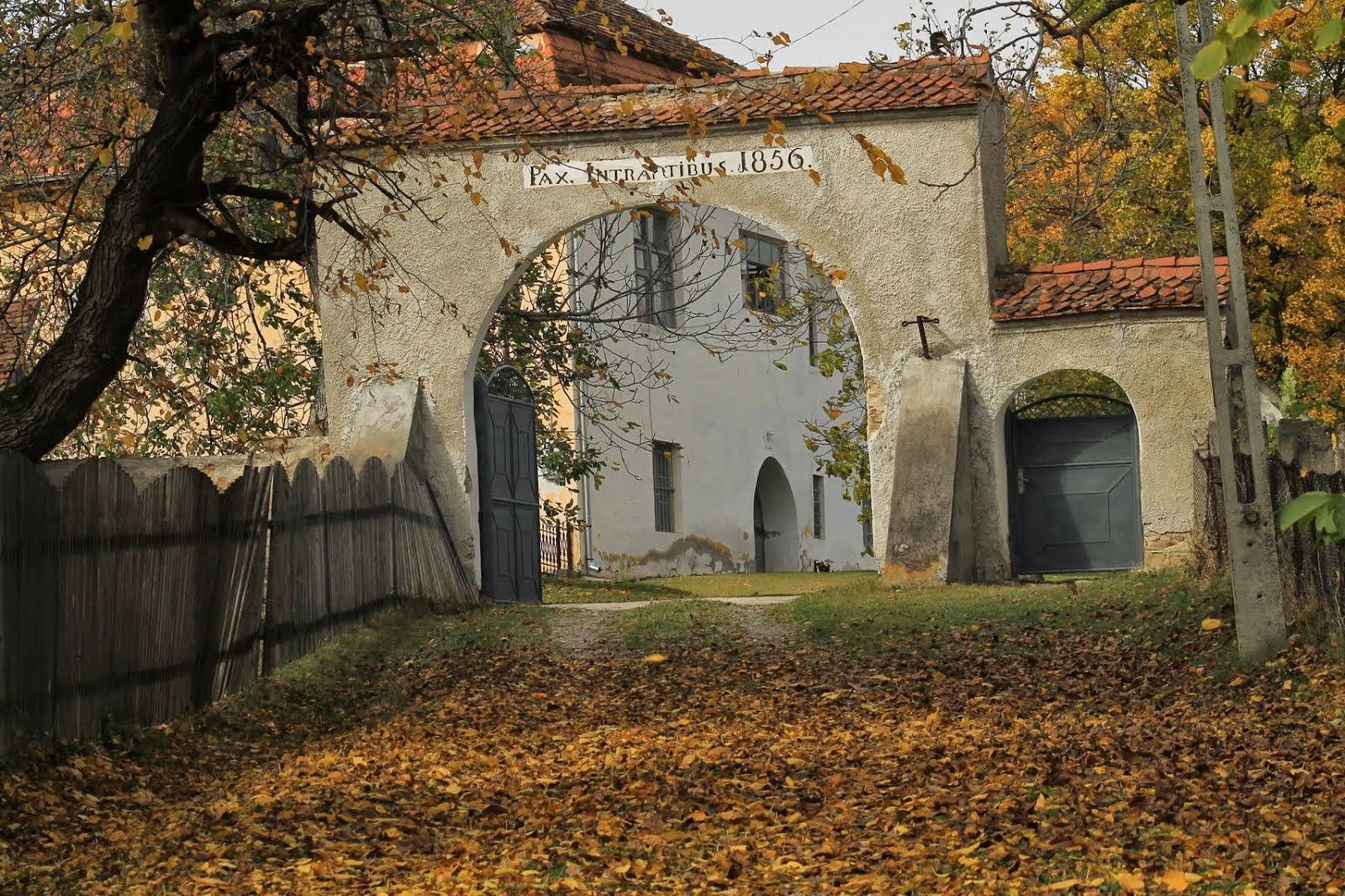 Őszi pillanatkép 4. - Ferences kolostor és bejárata