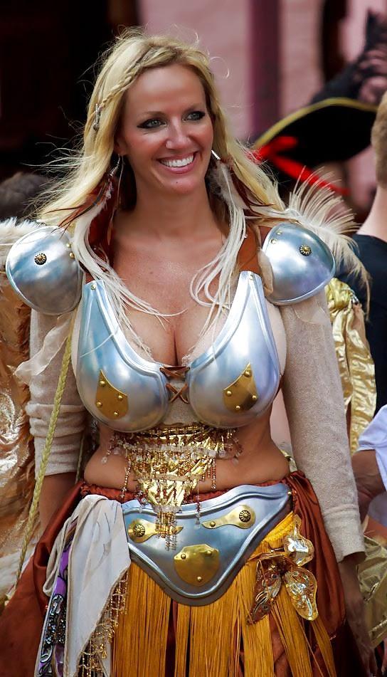 photo d'une jeune femme blonde en armure très morphologique et sexy
