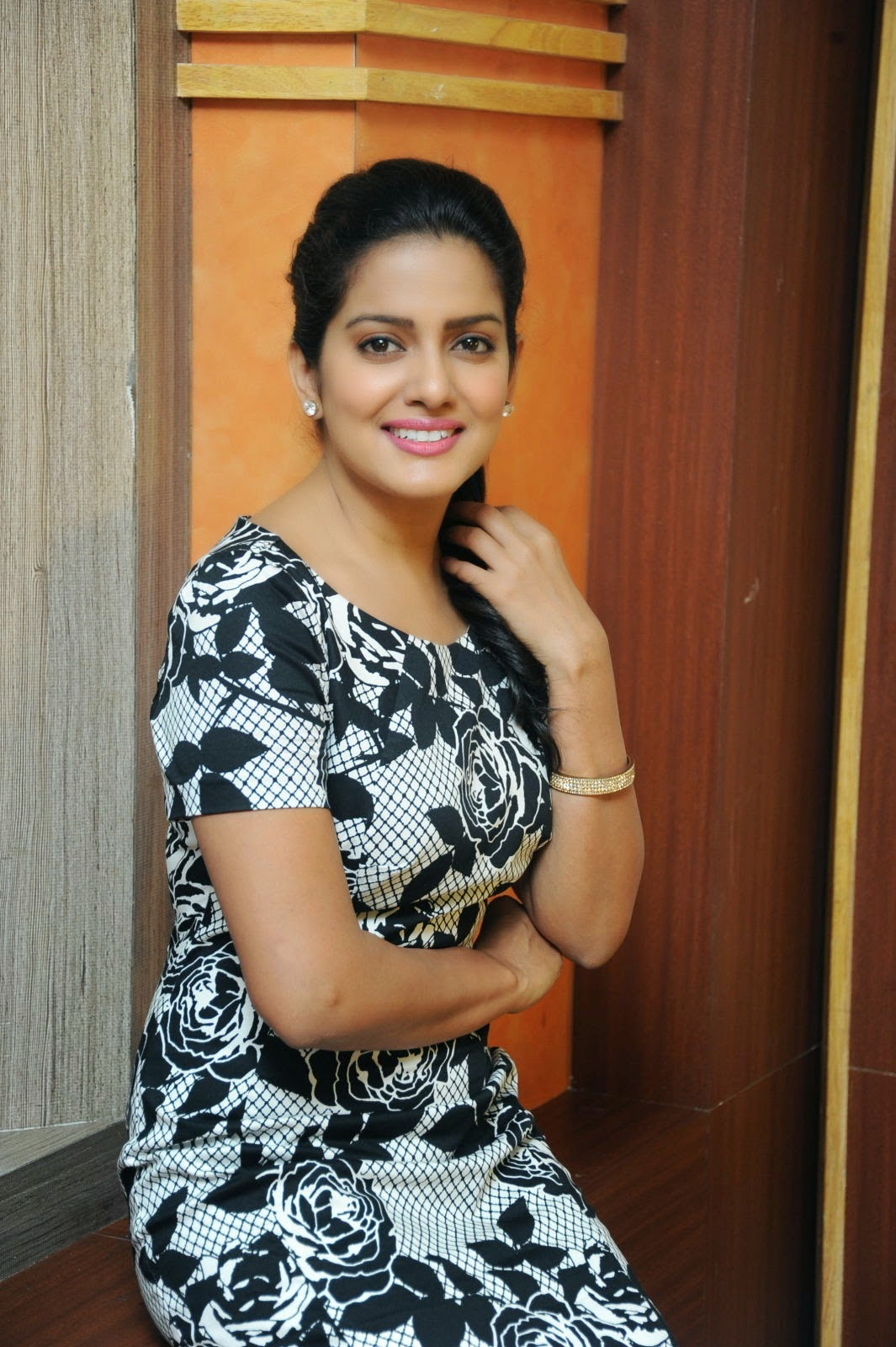 Ishaka Singh at Rowdy Fellow Movie Press Meet Photo Shoot