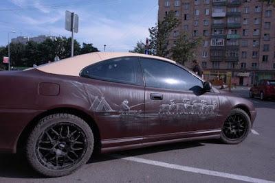 Ένα σχεδόν 100% δερμάτινο αυτοκίνητο κυκλοφορεί στους δρόμους της Μόσχας