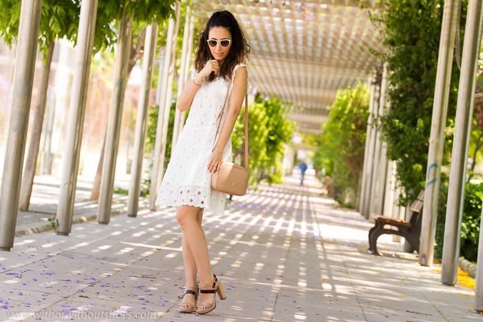 BLogger valenciana con vestido famoso de la temporada blanco de crochet