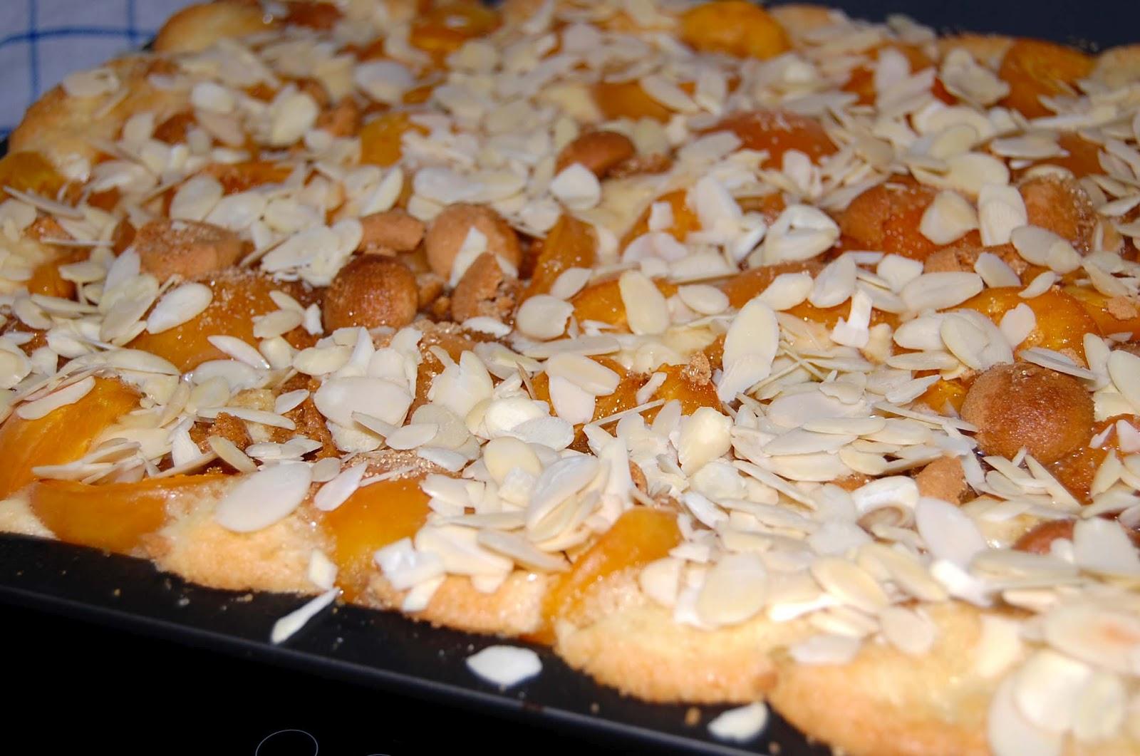 mittwochskuchen aprikosenkuchen mit amarettini und mandeln. Black Bedroom Furniture Sets. Home Design Ideas