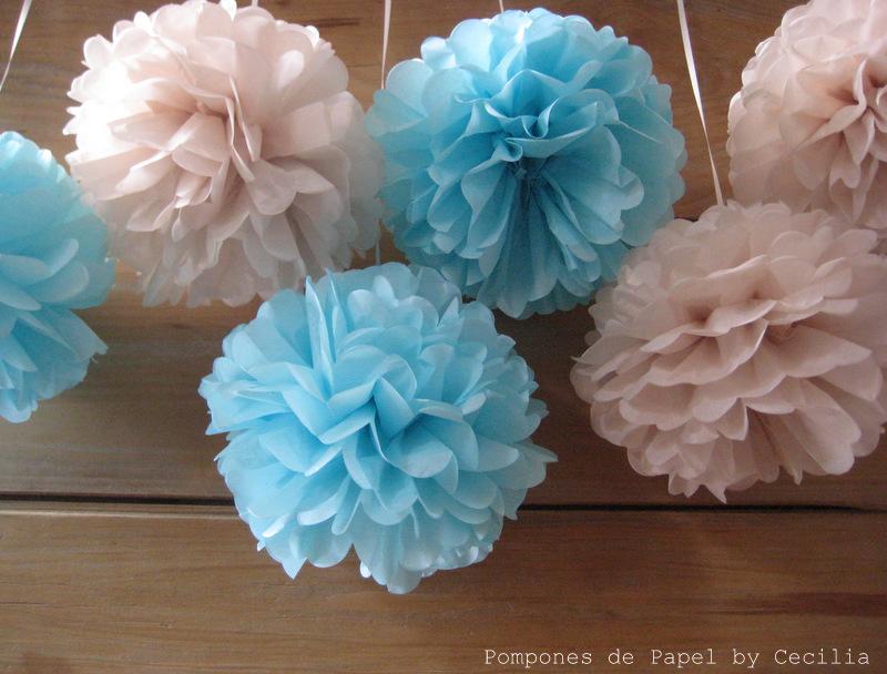 Pompones de papel celeste crema - Como hacer decoraciones de bautizo ...