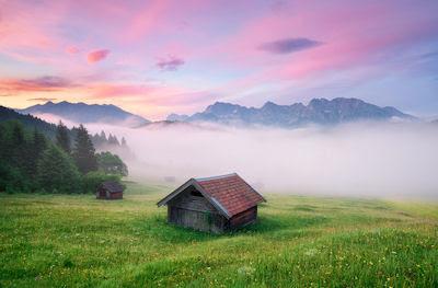 Casitas de madera en las praderas de Mittenwald, Alemania. - Germany amazing landscapes