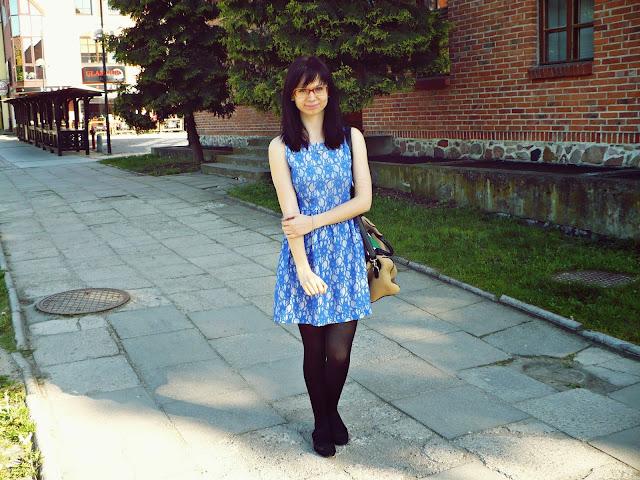 Sukienka z niebieską koronką