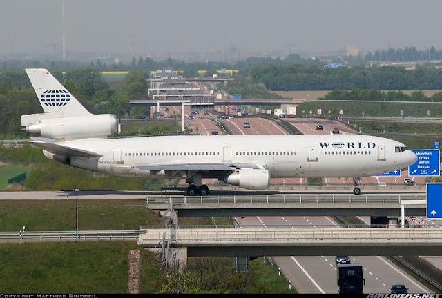 Avión cruzando una autopista aeropuerto alemán