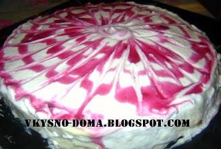 Бисквитный торт с черничным вареньем и белковым кремом