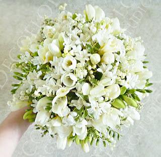Tavaszi menyasszonyi csokor fréziából, gyöngyvirágból és jácintból