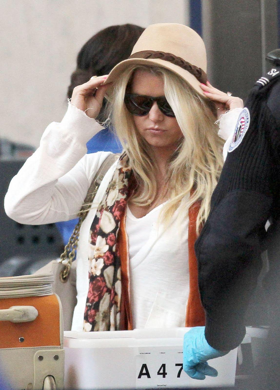 http://1.bp.blogspot.com/-GgXs7hppKOQ/TeaaxeO5xVI/AAAAAAAAKhA/ReIAvC_eDZE/s1600/Jessica+Simpson+spotted+at+LAX+Airport+%25283%2529.jpg