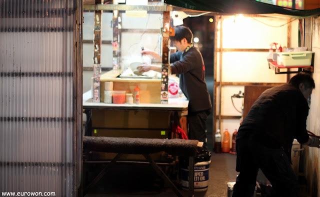 Japonés preparando comida en un yatai