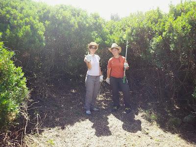 Sara e Paola nella radura in cui verrà realizzato l'orto sinergico a Monte Pedru, Perfugas, Sassari, Sardegna