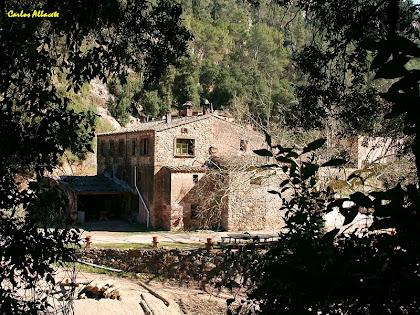 La masia de Les Elies des de l'altra banda de la Riera de Caldes. Autor: Carlos Albacete