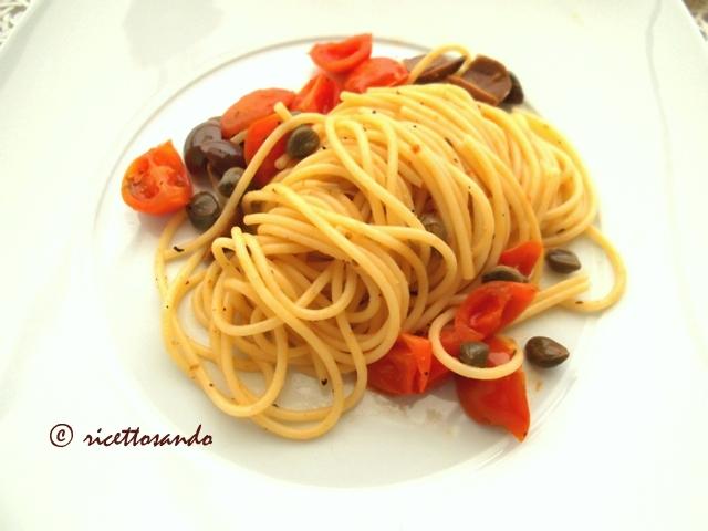 Spaghetti mediterranei ricetti primi di pasta vegetriano