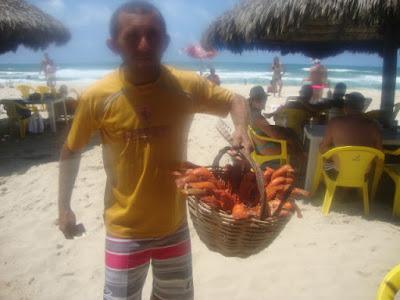 Vendedor ambulante de lagosta na Praia do Futuro - Fortaleza-CE