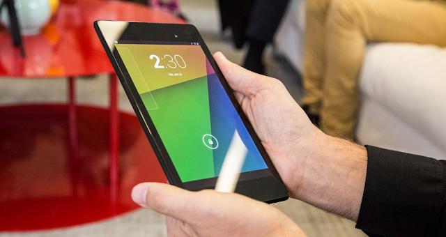 Uomo tiene in mano il Nexus 7 2013 nero