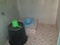 kamar mandi kloset jongkok di samping R Tengah