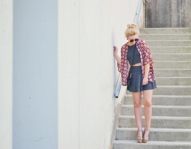 Outfit_Print_Kimono_von_AX_Paris_Muster_Skater_Rock_Crop-Top_High_Heels_mit_Kork-Absatz_ViktoriaSarina