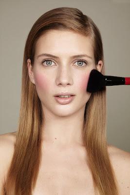 woman applying blush, photographe beauté paris, model applying blush, pink blush