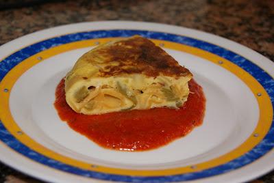 Tortilla de pasta y salsa