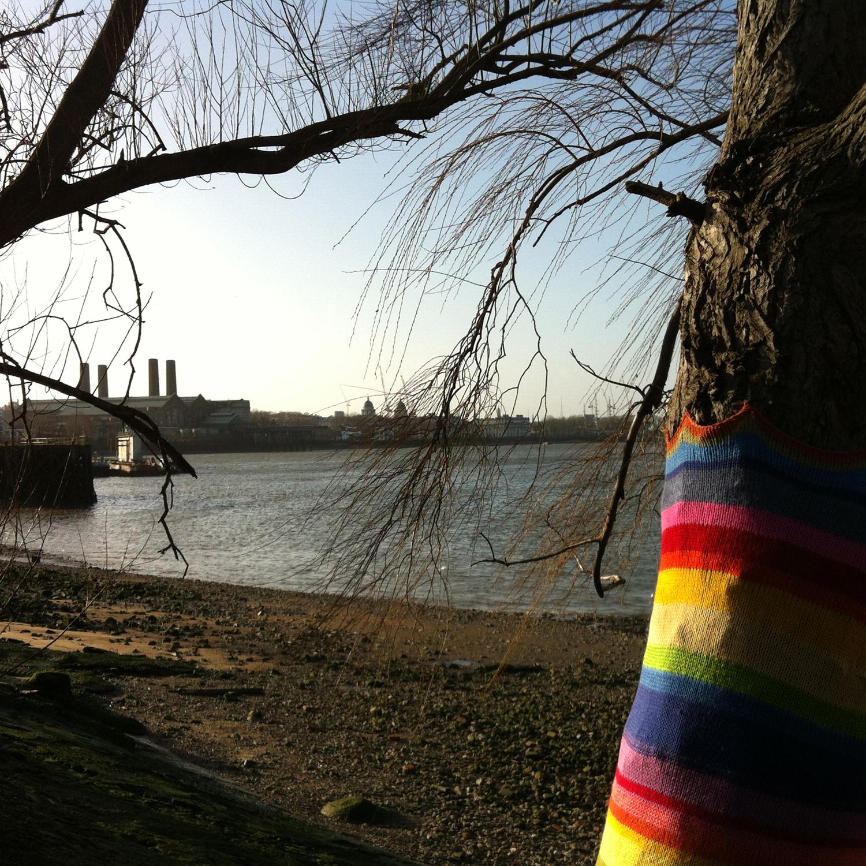 http://1.bp.blogspot.com/-Gj9-y2lqyYA/UQqCmk7YsxI/AAAAAAAAA7A/GSUJpgJIP5c/s1600/guerilla-knitting_thames-path_greenwich.jpg