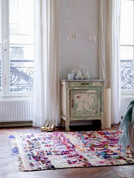 kolorowy dywan w nowoczesnym wnętrzu