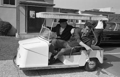 """Frank Sinatra y Dean Martin, en un buggy, durante el rodaje de """"Divorcio a la americana"""" (1965)"""