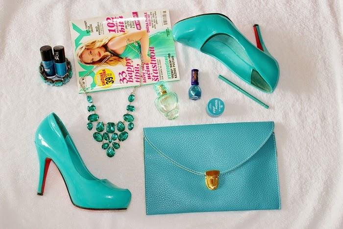 turquoise colour, heels, purse, časopis joy, výrazný náhrdelník
