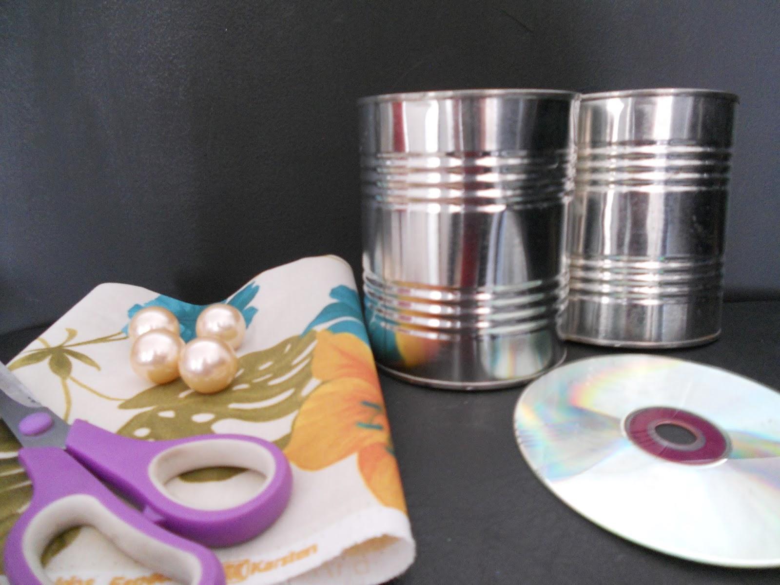 de 1 cd 2 latas vazias de leite tecido 4 perolás 1 tesoura 1 cola  #956C36 1600x1200